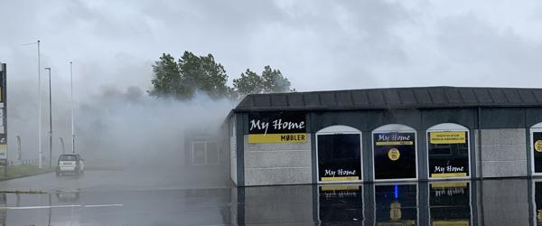 Møbelhus står i flammer