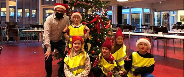 2c fra Frydenstrand skoleafdeling julepynter hos MAN Energy Solutions